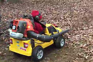 Kinderauto mit Laubbläser