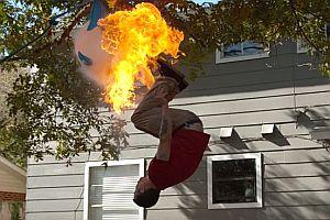 Feuerspucken und Salto in Zeitlupe