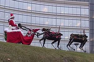 Roboter ziehen eine Weihnachtsfrau