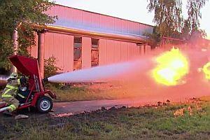 Flammenwerfer gegen Wasserschlauch