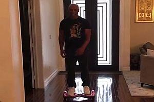 Mike Tyson auf einem Hoverboard