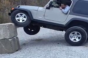 Poser im Jeep