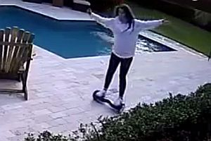 Hoverboarding am Pool
