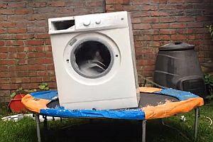 Waschmaschine auf einem Trampolin