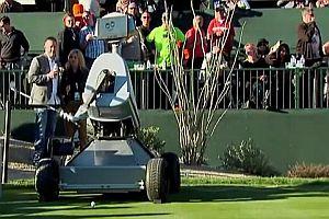 Golfroboter schlägt ein Hole in One