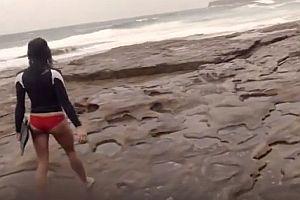 Surferin wird fast von Blitz getroffen