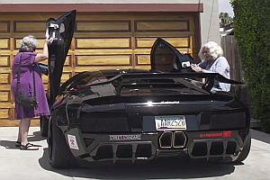Zwei Omas im Lamborghini