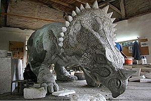 Ein lebensgroßer Dinosaurier