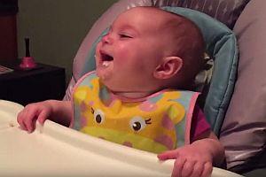 Baby lacht beim Abendessen