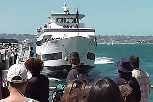 Schiff fährt in Hafenpromenade
