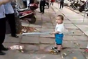 Kleinkind beschützt Oma vor der Polizei
