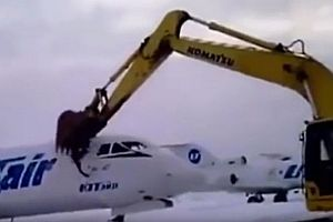 Baggerfahrer zerstört Flugzeug