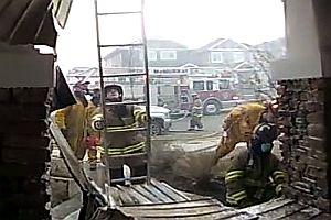 Feuerwehr löscht einen Hausbrand