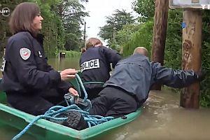 Französische Polizei in den Fluten