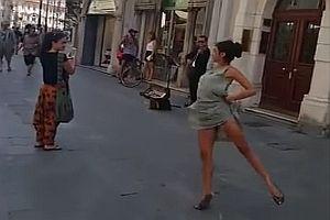 Spontaner Tanz in einer Fußgängerzone