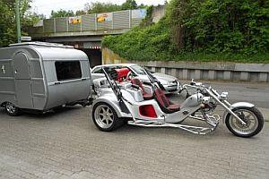 Ein Trike mit Wohnwagen