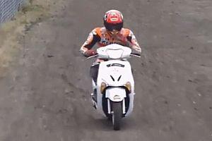 Motorradrennfahrer leiht sich Motorroller