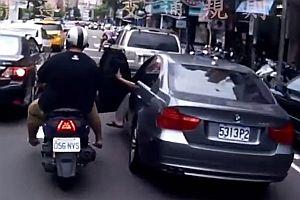 Doppelter Unfall mit einem Motorroller
