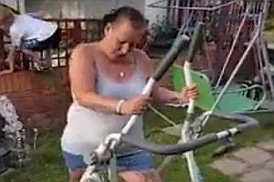 Frau scheitert an Laufmaschine