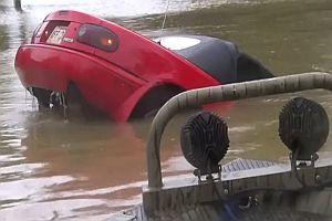 Rettung aus Auto im Hochwasser