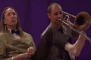 Trompetenspiel mit Füßen und ohne Emotionen