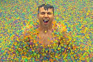 Pool mit 25 Millionen bunten Wasserperlen