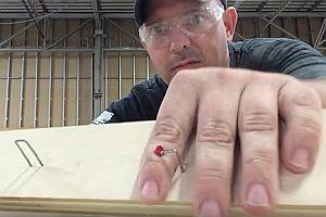 Tischler mit Nagel im Finger