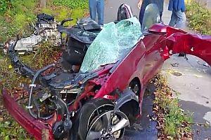 Völlig zerstörtes Unfallauto