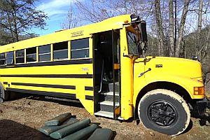 Schulbus wird zum Loft auf Rädern