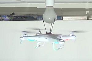Drohne tauscht Glühbirne aus
