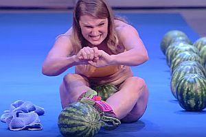 Wassermelonen mit den Oberschenkeln zerdrücken