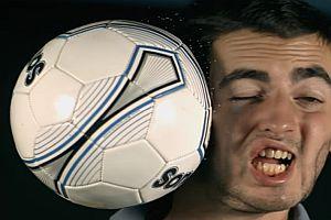 Fußball im Gesicht in Superzeitlupe