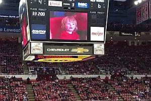 Eishockeyfans feiern ein kleines Kind