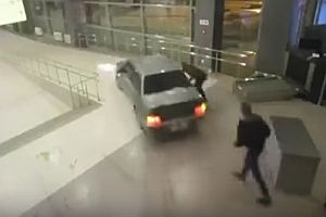 Auto fährt durch Flughafen