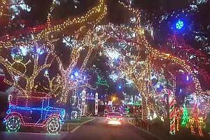 Eine Straße mit Weihnachtsbeleuchtung