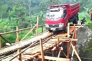 Lastwagen überquert Holzbrücke
