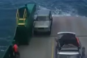 Auto fällt von einer Fähre
