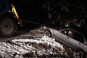 Auto wird aus einem Graben gezogen