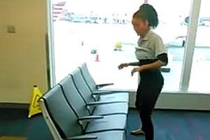 Limbo unter Flughafensitzbank