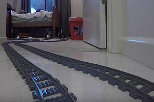 Lego-Eisenbahn fährt durch Garten und Haus