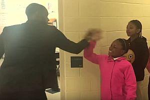 Lehrer begrüßt jeden Schüler persönlich