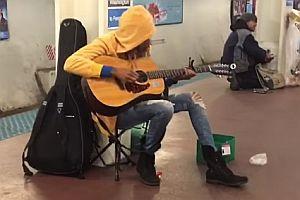 Straßenmusikerin in der U-Bahn von Chicago