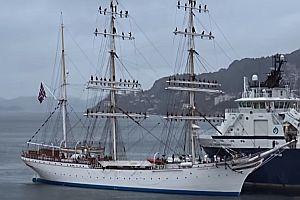 Segelschiff fährt mit Gesang in den Hafen