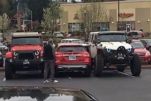 Zwei Jeeps parken einen Falschparker ein