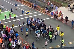 Straßenüberquerung beim Boston-Marathon