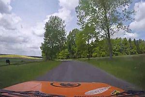 Kamera fliegt bei Rallye-Crash aus dem Auto