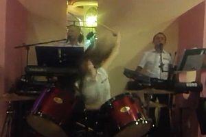 Schlagzeugerin gibt alles