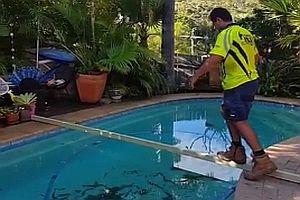 Balancieren über einen Pool