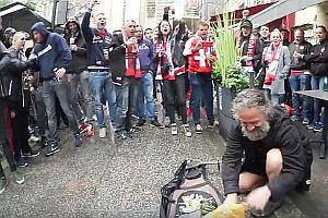 Ajax-Fans singen mit Straßenmusiker