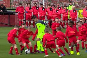 30 Kinder gegen 2 Profifußballer